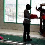 Polisi dan TNI Kerja Bhakti di Masjid Penaraga