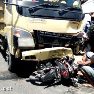 Tabrakan Dengan Dump Truck, Pengendara Motor Meninggal di Tempat