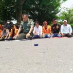 Di Bawah Panas Matahari, Dandim Bima Pimpin Sholat Massa Aksi STISIP