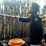 Bhabinkamtibmas Desa Sori Tatanga Bersama IKPMD Bagi-Bagi Air Bersih