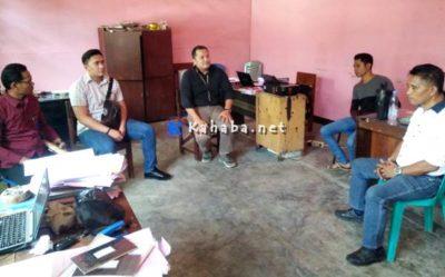 Dosen STISIP Mbojo Bima arif Sukirman Paling Kanan saat mendatangi Polres Bima Kota
