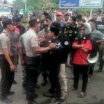 Pemuda dan Mahasiswa Wera Aksi Tuntut Janji Bupati Bima, Jalan Diblokir