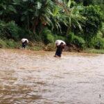 Begini Nasib Petani Desa Boke Saat Pikul Hasil Panen, Nyawa Taruhan