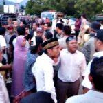 Dilarang Jualan di Taman Amahami, PKL Blokir Jalan