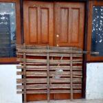 Tutup Saat Hari Kerja, Warga Padolo Segel Kantor Desa
