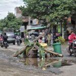 Jalan Dekat Rumah Wakil Bupati Bima Rusak Dari Dulu, Warga Tente Minta Pemerintah Buka Mata