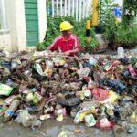 Dinas PUPR Bersihkan Sampah Menumpuk di SelokanSamping Kantor Walikota