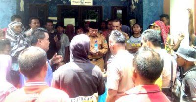 Korban Banjir Segel Kantor Lurah Rabadompu Timur