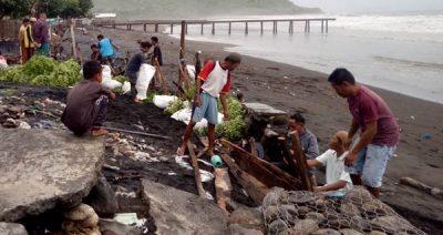 Gelombang Pasang, Ratusan Rumah di Desa Sangiang Terancam