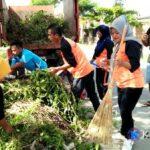 Jumat Bersih, Relawan Rabadompu Barat Bersihkan Sampah Sepanjang Jalan