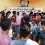 Tuntutan Tidak Diindahkan, APPDL Segel Kantor Desa Leu