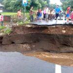 Diterjang Banjir, Jembatan Desa Rasabou Tambora Ambruk