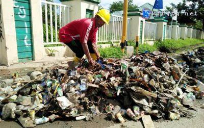 Setiap Hari Drainase Samping Kantor Walikota Bima Tersumbat Karena Sampah