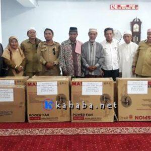 ASN, RT RW dan LPM Rasanae Barat Sumbang 10 Unit Kipas Angin untuk Masjid Agung Al Muwahidin