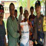Anggota Polsek Madapangga Kawal Penyaluran Rastra di Desa Tonda