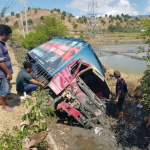 Kecelakaan di Dusun Muku, 2 Mobil Masuk Tambak