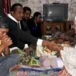 Pemuda Lutfi Rontu Bantu Muhidin, Penderita Tumor di Dada