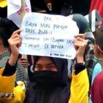 Aksi di Kantor Dewan Kabupaten Bima Dipenuhi Poster Lucu
