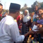 Walikota Bima Bagi-Bagi Uang Gaji dan Tunjangan Setahun Kepada Warga