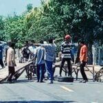 Tuntut Perhitungan Ulang Hasil Pilkades, Warga Sanolo Blokir Jalan
