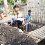 Warga Oi Mbo Gotong Royong Bersihkan Saluran Drainase