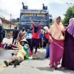 Hadang Mobil Water Canon, Ibu-Ibu Desa Leu Tidur di Jalan