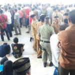 Warga Ramai-Ramai Saksikan Pelantikan Kades di Halaman Kantor Bupati Bima