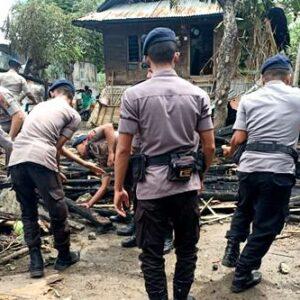 Brimob Bantu Korban Kebakaran di Desa Kalampa