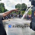 Polisi Buka Paksa Blokir Jalan di Desa Leu