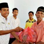 Pemdes Talapiti Serahkan Al Quran untuk 6 Masjid di Desa