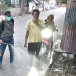 Ketua RW 01 Kelurahan Santi Semprot Disinfektan di Rumah Warga