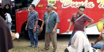 Razia dan Ukur Suhu Tubuh Penumpang Bus oleh Pemerintah Kecamatan Madapangga di Jembatan Timbang
