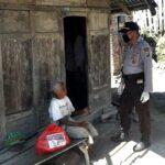 Polsek Wawo Bagikan Paket Sembako untuk Warga Kurang Mampu