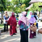 Wapada Corona, Pol PP Edukasi Penjual Takjil Agar Jaga Jarak