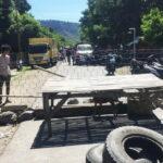 Desak Pelaku Pemukulan Ditangkap, Warga Nanga Wera Blokir Jalan