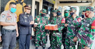 HUT Bhayangkara ke-74, Anggota TNI Bawa Kado Istimewa untuk Polsek Rastim
