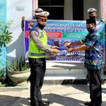 Kasat Lantas Serahkan Alat Kebersihan dan Masker di Lurah Rabadompu Barat