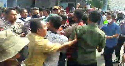 Hadang Mobil Plat Merah, Demonstrasi di Cabang Bolo Ricuh
