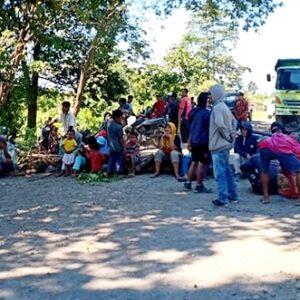 Lahan Digusur PT Sanggar Agro, Warga Oi Katupa Blokade Jalan Lintas Tambora
