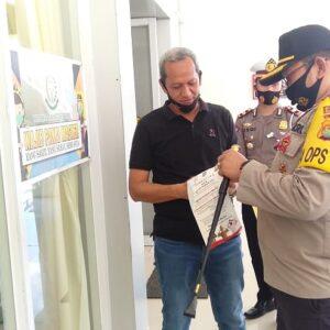 Polres Bima Kota Keliling Pasang Stiker Wajib Masker