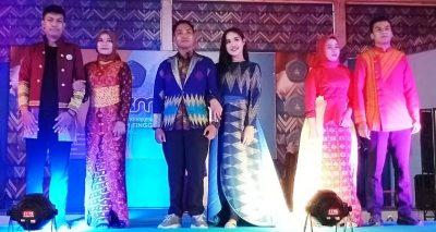 Fashion Show Tenunan Bima, MABA STIE Bima Unjuk Kebolehan