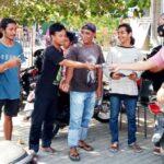 Unit Intelkam Polsek Rasbar Bagikan Masker untuk Petugas Parkir di Pasar Amahami