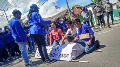 Aksi Teatrikal Mahasiswa STIE Tolak Pengesahan UU Cipta Kerja