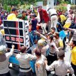Aksi Tolak UU Omnibus Law Berakhir Bentrok, 2 Polwan Terluka