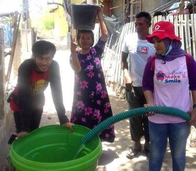 Warga Krisis Air, KSR PMI STISIP Bagikan 40 Tangki Air Bersih