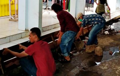 UPT SDP Pasar Amahami Bersihkan Saluran Parit Tersumbat