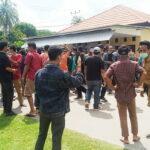 Hadir di Kantor Polisi, Ratusan Warga Beri Dukungan Moril untuk Feri Sofiyan