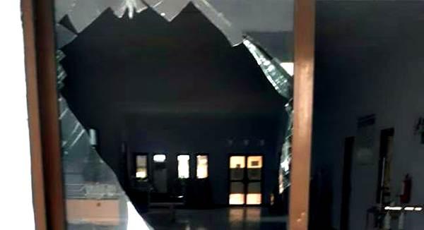 Warga Ngamuk, Kaca Pintu Utama Ruang IGD RSU Sondosia Pecah