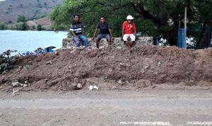 Material Gunung di Jalur Kolo Membahayakan Pengendara
