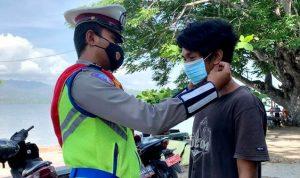 Sat Lantas Bagikan Masker dan Hand Sanitizer di Pantai Lawata